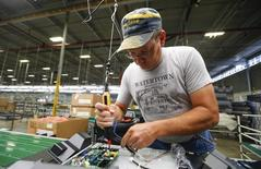 Un empleado trabaja en una fábrica de Element Electronics en Winnsboro. Imagen de archivo, 29 mayo, 2014. El sector manufacturero de Estados Unidos se desaceleró en noviembre, cuando registró su tasa más lenta de crecimiento desde enero, mientras que una medición de nuevos pedidos también cayó por tercer mes consecutivo, mostró el jueves un reporte de la industria. REUTERS/Chris Keane