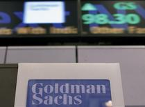 Un logo de Goldman Sachs visto en el puesto de la compañía en el piso de la bolsa de Nueva York. Imagen de archivo, 18 enero, 2012. Goldman Sachs Group Inc rechazó el jueves las denuncias incluidas en el informe de una influyente comisión del Senado estadounidense, que condenó a los bancos de Wall Street por explotar los mercados físicos de materias primas para manipular los precios y ganar ventajas comerciales injustas. REUTERS/Brendan McDermid