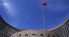 Bandeira chinesa hasteada em frente à sede do banco central da China, em Pequim. 16/05/2014. REUTERS/Petar Kujundzic