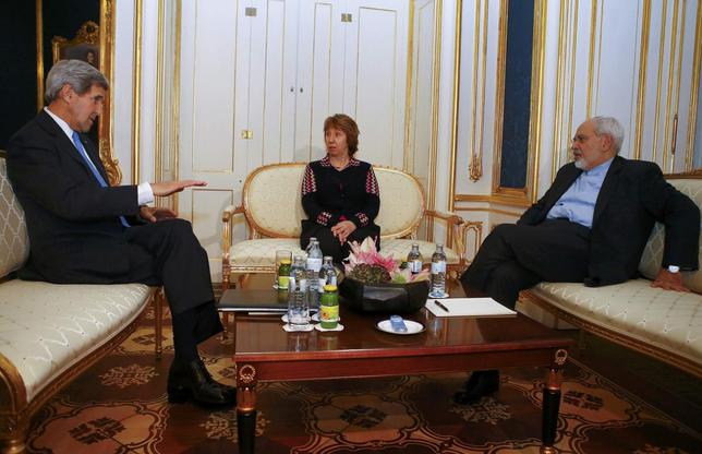 U.S. Secretary of State John Kerry (L), Iranian Foreign Minister Javad Zarif (R) and EU envoy Catherine Ashton pose for photographers before a meeting in Vienna November 22, 2014.  REUTERS/Leonhard Foeger