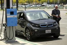 Une BMW électrique i3. Le constructeur américain de voitures électriques Tesla Motors discute avec le groupe allemand d'une éventuelle alliance dans les batteries et les composants légers. /Photo prise le 28 juillet 2014/REUTERS/Robert Galbraith