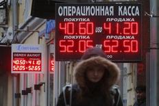 A Moscou, le mois dernier. Selon le ministre russe des Finances Anton Silouanov, les sanctions imposées par les Occidentaux à la Russie en raison de sa politique ukrainienne lui coûtent 40 milliards de dollars par an. /Photo prise le 16 octobre 2014/REUTERS/Maxim Zmeyev