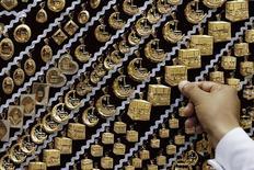Золотые украшения в ювелирном магазине в Мекке 27 сентября 2014 года. Цены на золото близки к трехнедельному максимуму, так как инвесторы рассчитывают на повышение спроса в Китае после снижения процентных ставок Центробанка. REUTERS/Muhammad Hamed