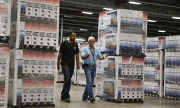 Un grupo de empleados en la bodega de la firma Element Electronics en Winnsboro, EEUU, mayo 29, 2014. La economía de Estados Unidos creció en el tercer trimestre a un ritmo mucho más rápido de lo pensado inicialmente, lo que apunta a que se están fortaleciendo los fundamentos que deberían ayudarla a capear la desaceleración de la demanda global. REUTERS/Chris Keane