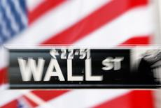 La Bourse de New York a fini sans grand changement mardi, à des niveaux records, après la publication de deux indicateurs ayant présenté un tableau mitigé de l'économie américaine. /Photo d'archives/REUTERS