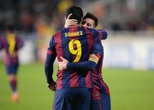 Lionel Messi, do Barcelona, abraça Luis Suárez depois de uruguaio marcar contra o APOEL NIcosia pela Liga dos Campeões. 25/11/2014 REUTERS/Andreas Manolis