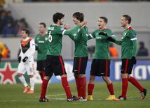 Jogadores do Athletic Bilbao comemoram gol marcado contra o Shakhtar Dontesk pela Liga dos Campeões. 25/11/2014 REUTERS/Gleb Garanich