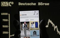 Zalando, le premier site de vente de prêt-à-porter en ligne en Europe, s'est dit bien parti mercredi pour réaliser cette année le premier résultat bénéficiaire de son histoire au vu de ses performances au troisième trimestre. /Photo prise le 9 septembre 2014/REUTERS/Dado Ruvic