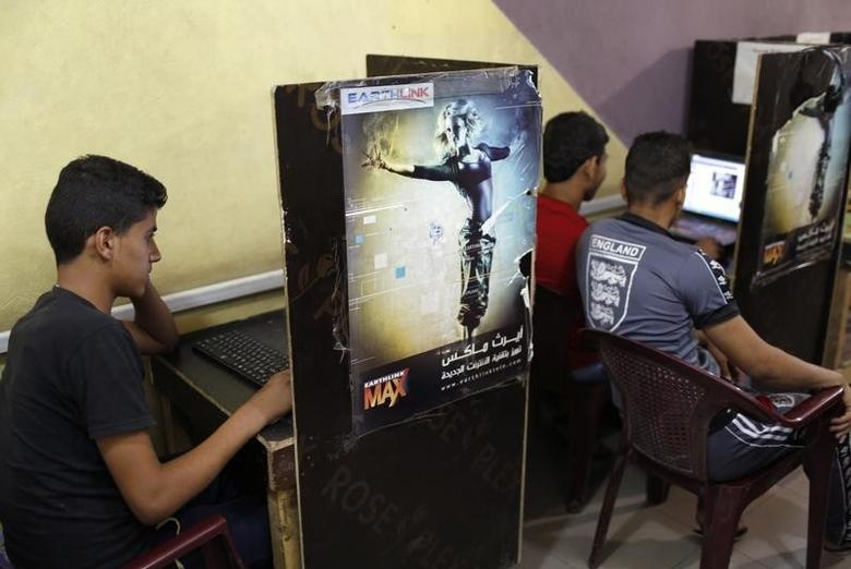 Iraqi Shi'ite youths use computers at an internet cafe in Sadr City in Baghdad May 3, 2014. REUTERS/Ahmed Jadallah