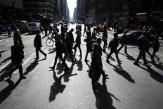 Personas caminan por una avenida cerca a Times Square en Nueva York. Imagen de archivo, 28 octubre, 2014. El gasto del consumidor estadounidense repuntó en octubre, lo que sugiere cierta resiliencia en la economía a inicios del cuarto trimestre. REUTERS/Lucas Jackson