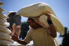 Un trabajador transporta un saco de harina en Santiago, Chile, nov 10 2014.  La tasa de desempleo en Chile habría subido a un 6,7 por ciento en el trimestre agosto-octubre, debido a los efectos de la desaceleración de la economía y factores estacionales, mostró el miércoles un sondeo de Reuters.REUTERS/Ivan Alvarado