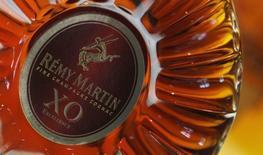Бутылка коньяка  Remy Martin в городе Коньяк 8 октября 2012 года. Операционная прибыль французского производителя алкоголя Remy Cointreau снизилась на 14,6 процента в первом полугодии из-за борьбы властей Китая с тратами чиновников на подарки, снижающей спрос на дорогие коньяки, производимые компанией. REUTERS/Regis Duvignau