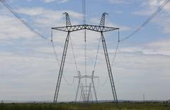 ЛЭП от Саяно-Шушенской ГЭС близ Саяногорска 28 июля 2014 года. Российский энергохолдинг ИнтерРАО увеличил показатель EBITDA на 48 процентов за 9 месяцев 2014 года благодаря расширению сбытового сегмента и вводу новых мощностей, что оказалось выше прогноза. REUTERS/Ilya Naymushin