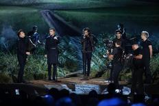 El grupo One Direction se presenta en escenario durante los American Music Awards en Los Angeles. Imagen de archivo, 23 noviembre, 2014. La banda juvenil británica One Direction se convirtió el miércoles en el único grupo que ha colocado cuatro veces consecutivas un álbum, desde su lanzamiento, en el primer lugar del ránking Billboard 200 en Estados Unidos, al desplazar del tope de la lista a Taylor Swift. REUTERS/Mario Anzuoni