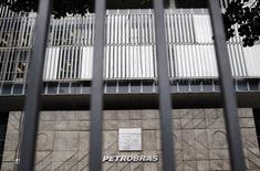 La sede de la brasileña Petrobras vista en Rio de Janeiro. Imagen de archivo, 14 noviembre, 2014.  La petrolera estatal brasileña Petrobras elaboró una lista de trabajadores que podrían ser penalizados por las irregularidades en una refinería de petróleo en Pasadena, Texas, dijo el jueves uno de los miembros de su directorio. REUTERS/Sergio Moraes