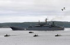 Navio militar russo e embarcações submarinas em foto de arquivo. 29/07/20111  REUTERS/Andrei Pronin