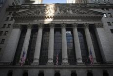 La Bourse de New York a ouvert dans le désordre la séance écourtée de vendredi. Dans les premiers échanges, le Dow Jones gagne  0,15%. Le Standard & Poor's 500 recule de 0,16% et le Nasdaq prend 0,18%. /Photo d'archives/REUTERS/Carlo Allegri