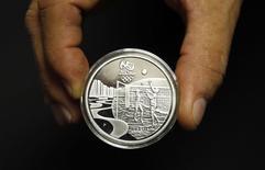 Homem exibe moeda comemorativa dos Jogos Olímpicos de 2016. 28/11/2014 REUTERS/Sergio Moraes