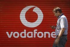 Selon cinq sources proches du dossier, Vodafone étudie d'éventuelles acquisitions, y compris celle du câblo-opérateur Liberty Global, pour parer à la consolidation en cours entre ses concurrents en Grande-Bretagne. /Photo prise le 15 janvier 2014/REUTERS/Danish Siddiqui