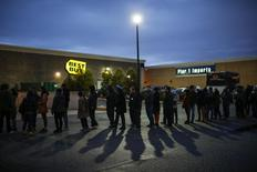 Shoppers line up outside Best Buy before the store opens in Newport, New Jersey November 27, 2014. REUTERS/Eduardo Munoz
