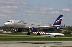 Airbus A-320 компании Аэрофлот совершает посадку в аэропорту Шереметьево 28 декабря 2006 года. Крупнейший российский авиаперевозчик Аэрофлот получил чистый убыток 3,563 миллиарда рублей за девять месяцев 2014 года против прибыли 17,24 миллиарда рублей годом ранее, сообщила компания в понедельник. REUTERS/Stringer/Files