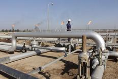 Trabalhador anda pelo campo de petróleo de Nahr Bin Umar ao sudeste de Bagdá. 23/11/2014 REUTERS/Essam Al-Sudani