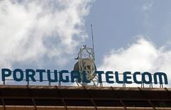 Una antena vista en la cima de las oficinas de Portugal Telecom en Lisboa. Imagen de archivo, 28 febrero, 2013.  El consorcio formado por los fondos Bain Capitaly Apax Partners, junto con el conglomerado portugués Semapa, entregó el viernes una oferta firme para comprar las operaciones de Portugal Telecom en Portugal a la brasileña Oi, dijeron tres fuentes. REUTERS/Jose Manuel Ribeiro