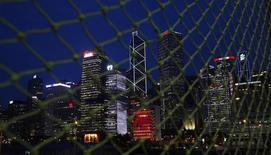 Vista de los rascacielos del distrito financiero de Hong Kong. Imagen de archivo, 10 junio, 2014. Un tratado de libre comercio entre Chile y Hong Kong entró en vigencia el lunes como parte de la estrategia del país sudamericano de ampliar su presencia en el mercado asiático, el  principal destino de sus exportaciones. REUTERS/Bobby Yip