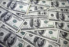 Notas de 100 dólares fotografadas em banco em Seul, na Coreia do Sul. 20/09/2011 REUTERS/Lee Jae-Won