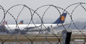 A l'aéroport de Munich. Les pilotes de la compagnie allemande Lufthansa ont entamé mardi une seconde journée de grève, paralysant des vols long-courriers et des vols cargos en plus des vols intérieurs et à destination de l'Europe. /Photo prise le 2 décembre 2014/REUTERS/Michael Dalder