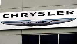 El logo de Chrysler a las afueras de una concesionaria de la firma en Broomfield, EEUU, oct 1 2014. Las ventas de automóviles de la compañía estadounidense Chrysler Group subieron un 20 por ciento en noviembre con un sólido desempeño de su marca Jeep y de su línea de camionetas Ram, informó el martes la unidad de Fiat Chrysler Automobiles NV.   REUTERS/Rick Wilking
