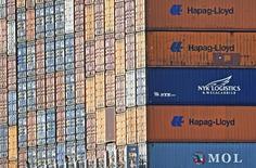 Contenedores de Hapag Lloyd  en la bahía de Hamburgo, oct 14 2014. La naviera alemana Hapag-Lloyd y la chilena Vapores informaron el martes que culminaron el proceso de fusión de sus negocios de transporte de contenedores, lo que crea la cuarta mayor firma mundial del sector.   REUTERS/Fabian Bimmer