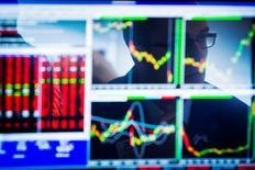 Les Bourses européennes évoluaient de manière indécise mercredi à mi-séance, les investisseurs devant digérer à la fois l'annonce d'un accident nucléaire en Ukraine et des données montrant que la zone euro, sauf brutal sursaut de la conjoncture, file tout droit vers une contraction au début de 2015. À Paris, le CAC 40 perdait 0,08% vers 12h50. À Londres, le FTSE cédait 0,22%, mais à Francfort, le Dax gagnait 0,18%. /Photo d'archives/REUTERS/Lucas Jackson