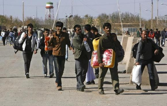 A group of Afghan migrant workers enter Afghan territory after leaving Iran at the Islam Qala border in Herat province November 5, 2012.   REUTERS/Mohammad Shoib