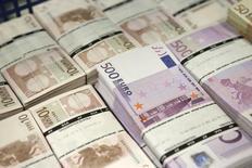 Пачки купюр евро в центральном офисе GSA Austria (Money Service Austria) в Вене 22 июля 2013 года. Евроcоюз выделил 500 миллионов евро ($617 миллионов) обремененной долгами Украине, чьи валютные резервы упали до самого низкого уровня с 2005 года из-за экономического кризиса и войны с пророссийскими сепаратистами на востоке. REUTERS/Leonhard Foeger