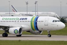 """Les pilotes d'Air France ont dit """"oui"""" à 52,75% à l'accord négocié par le syndicat SNPL et la direction sur les conditions de détachement chez Transavia France, la filiale low cost de la compagnie aérienne. /Photo prise le 5 août 2014/REUTERS/Charles Platiau"""