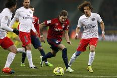 David Luiz, do PSG, disputa bola com o jogador do Lille Nolan Roux em jogo desta quarta-feira.   REUTERS/Pascal Rossignol