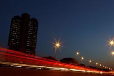 El tráfico pasa frente a la sede central del Banco Central en Brasilia. 22 septiembre, 2011. El Banco Central de Brasil subió el miércoles su tasa de interés clave en 50 puntos base a un 11,75 por ciento, profundizando un endurecimiento de su política monetaria para enfrentar una elevada inflación y ayudar a la presidenta Dilma Rousseff a recuperar la confianza de los inversores.  REUTERS/Ueslei Marcelino
