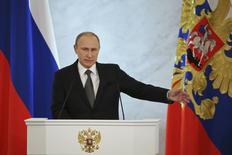 Президент России Владимир Путин выступает с обращением к Федеральному собранию в Москве 4 декабря 2014 года. Президент Владимир Путин назвал санкции продолжением антироссийской политики Запада, которая длится десятилетиями, предупредив, что Россия не позволит говорить с собой с позиции силы. REUTERS/Sergei Karpukhin