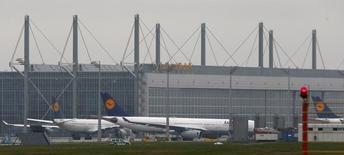 Aviones de Lufthansa estacionados en el aeropuerto de Munich. Imagen de archivo, 2 diciembre, 2014. Los pilotos de Lufthansa comenzaron el jueves su segunda paralización de la semana, dejando en tierra cerca de la mitad de los vuelos de larga distancia programados por la aerolínea alemana, en medio de una disputa por los beneficios de jubilación anticipada.  REUTERS/Michael Dalder