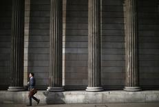 Un hombre pasa frente a las columnas del Banco de Inglaterra en la ciudad de Londres. Imagen de archivo, 17 octubre, 2014.  El Banco de Inglaterra mantuvo las tasas de interés en un mínimo nivel histórico el jueves debido a que los consejeros de la entidad otorgaron más peso a los riesgos de una inflación baja y al débil panorama económico global que a una enérgica recuperación en casa. REUTERS/Andrew Winning