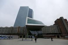 La Banque centrale européenne (BCE) a de nouveau abaissé ses prévisions de croissance et d'inflation dans la zone euro pour cette année et les deux prochaines, en raison de la détérioration de la conjoncture ces trois derniers mois. La BCE n'attend plus désormais qu'une inflation de 0,5% cette année et une croissance 2014 à 0,8%. /Photo prise le 4 décembre 2014/REUTERS/Kai Pfaffenbach