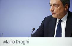 Le président de la Banque centrale européenne (BCE) Mario Draghi a déclaré que l'opportunité de mettre en oeuvre de nouvelles mesures pour relancer l'économie de la zone euro serait évaluée au début de l'an prochain. Comme attendu, la BCE a maintenu ses taux directeurs à leurs plus bas niveaux historiques.  /Photo prise le 4 décembre 2014/REUTERS/Kai Pfaffenbach