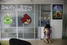 Un trabajador en una oficina de Rovio, la compañía creadora de Angry Birds, en Shanghái. Imagen de archivo, 20 junio, 2012. Rovio, el fabricante finlandés de juegos para móviles y propietario del juego Angry Birds, dijo el jueves que recortará unos 110 puestos de trabajo, o el 14 por ciento de su fuerza laboral, y además cerrará un estudio en el país tras negociar con los empleados. REUTERS/Aly Song