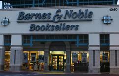 Barnes & Noble a dégagé au deuxième trimestre de son exercice décalé un bénéfice trimestriel nettement inférieur aux attentes, en raison notamment de ventes en baisse pour ses liseuses Nook. /Photo prise le 9 septembre 2014/REUTERS/Mike Blake