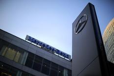 Les ventes de Mercedes-Benz, la marque de véhicules de luxe de Daimler, ont atteint en novembre un record à 150.742 voitures, en hausse de 13%, avec une progression à deux chiffres en Europe et en Chine. /Photo d'archives/REUTERS/Carlos Barria