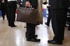 Imagen de archivo de personas en busca de empleo en una feria laboral en Nueva Jersey. 6 enero, 2011.  El crecimiento del empleo en Estados Unidos probablemente se aceleró un poco en noviembre, pero las ganancias salariales habrían permanecido tibias, dejando espacio para que la Reserva Federal mantenga las tasas de interés cerca de cero hasta bien entrado el próximo año.  REUTERS/Mike Segar