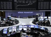 Operadores en la bolsa alemana en Fráncfort, dic 5 2014. Las acciones europeas subieron el viernes, sesión en la que el índice alemán DAX alcanzó un cierre récord, impulsadas por datos que mostraron que los empleadores de Estados Unidos contrataron a la mayor cantidad de trabajadores en casi tres años en noviembre.     REUTERS/Remote/Stringer