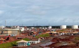 En la imagen de archivo, el sitio de la construcción de la refinería Abreu e Lima, de la petrolera estatal Petrobras, en el estado nororiental de Pernambuco, el 20 de mayo de 2011. Petrobras comenzó a producir combustible en la nueva refinería el sábado, con un retraso de cuatro años, tras sufrir enormes sobrecostos y convertirse en el foco de una gran investigación por corrupción. REUTERS/Sergio Moraes (BRAZIL - Tags: ENERGY BUSINESS CONSTRUCTION) - RTR2N3TP