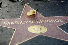 Foto de archivo e la estrella de Marilyn Monroe en el Paseo de la Fama de Hollywood. Ago 5, 2012. Una carta escrita por la leyenda del béisbol Joe DiMaggio a la actriz Marilyn Monroe antes de su divorcio se vendió por 78.125 dólares en una subasta de recuerdos de la actriz celebrada el sábado en California, según un comunicado de la firma que organizó la venta. REUTERS/Krista Kennell
